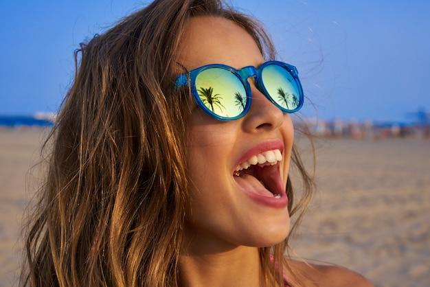 Chica morena gafas de sol con palmera
