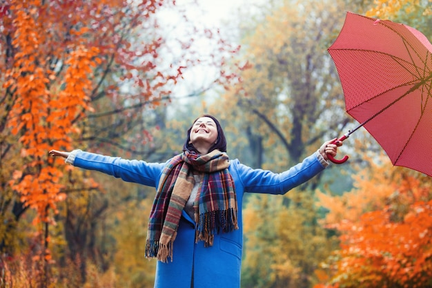 Chica morena con paraguas