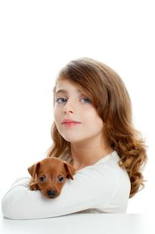 Chica morena con perro de perrito mini pinscher