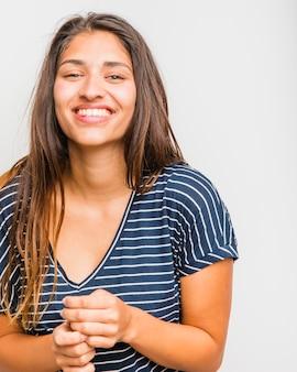Chica morena posando con camiseta a rayas