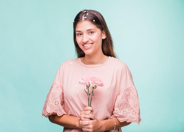 Chica morena posando con flores