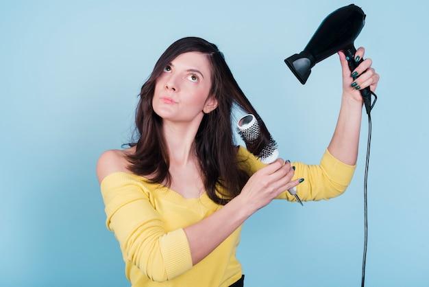 Chica morena secándose su pelo