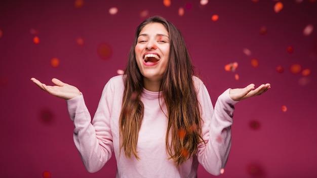 Chica morena sonriente con confeti