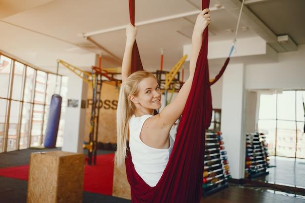Chica en una mosca de yoga