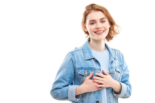 Chica muestra amor y amistad con las manos en el corazón