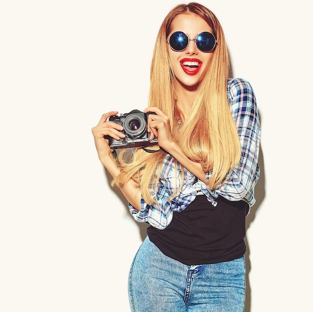 Chica mujer rubia en ropa de verano casual hipster