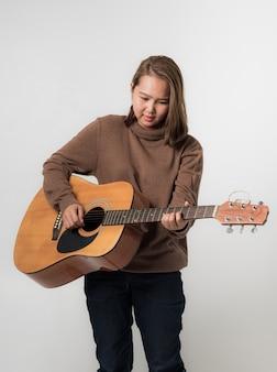 Chica con musica de guitarra clasica
