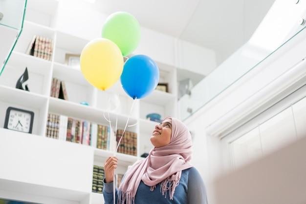 Chica musulmana con árbol de vacaciones de año nuevo