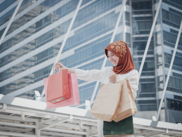 Chica musulmana con bolsa de compras