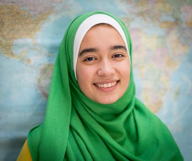 Chica musulmana con mapa mundial