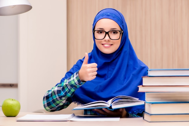 Chica musulmana preparándose para los exámenes de ingreso