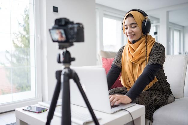 Chica musulmana con transmisión de contenido de video