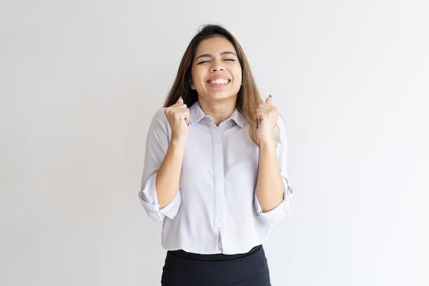 Chica muy feliz esperando la buena suerte