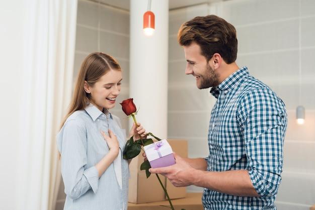 La chica está muy feliz con los regalos del chico.