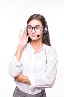 Chica muy sonriente en gafas transparentes, amplia sonrisa, camisa blanca con auriculares aislados en blanco