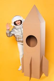 Chica con nave espacial de dibujos animados y disfraz