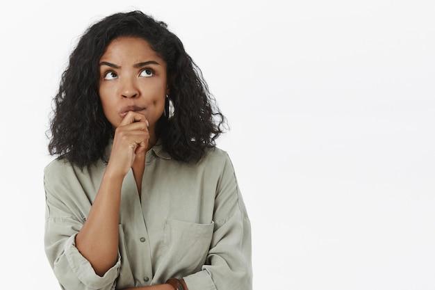 Chica necesita inventar excusas pensando en pie centrado en pose reflexiva