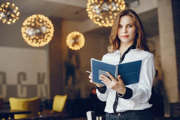 Chica de negocios elegante con notebook