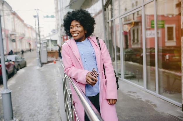 Chica negra en una ciudad