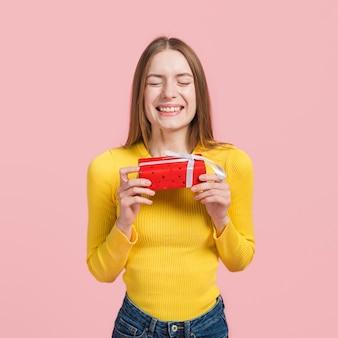 Chica nerviosa por abrir un regalo