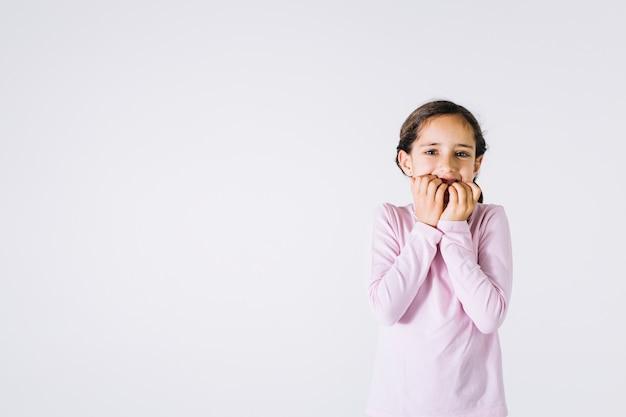 Chica nerviosa mordiendo las uñas