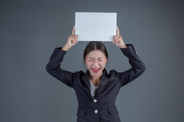 Chica de oficina sosteniendo una pizarra en blanco