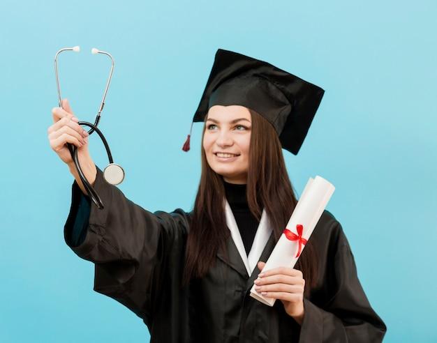 Chica orgullosa con estetoscopio