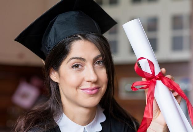 Chica orgullosa con su diploma