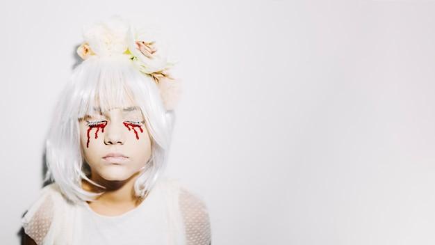 Chica pálida con lágrimas de sangre