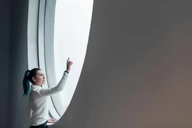 Chica con pantalla táctil en una casa inteligente moderna