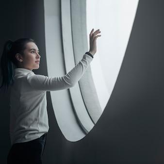 Chica con pantalla táctil en un centro educativo moderno