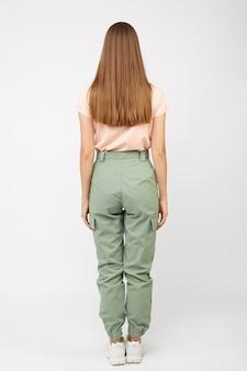 Chica en pantalones cargo verdes y una camiseta