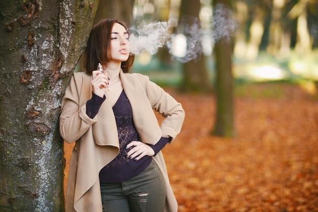 Chica en el parque de otoño