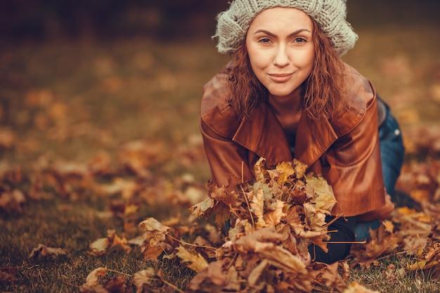 Chica en el parque otoño