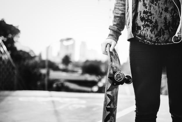 Chica patinadora en la ciudad