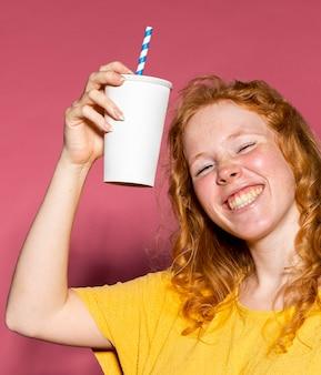 Chica pelirroja feliz animando
