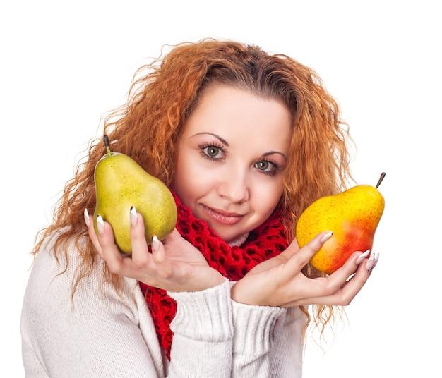 Chica pelirroja con peras aislado en blanco