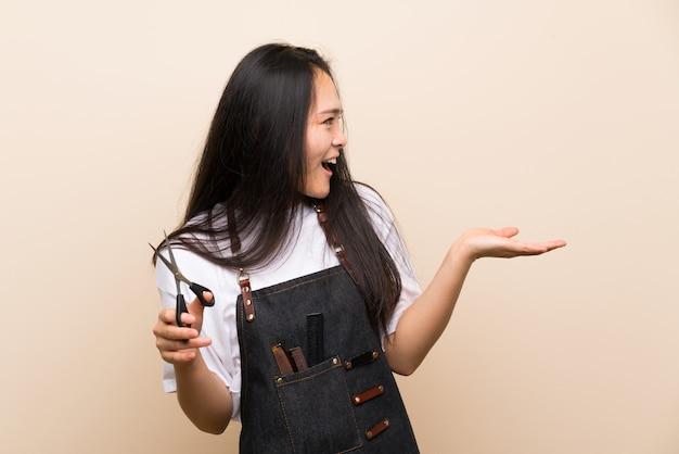 Chica peluquera adolescente con expresión facial sorpresa