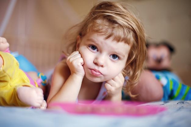 Chica pensativa mintiendo y mirando a cámara