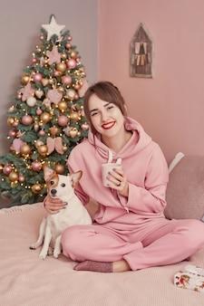 Chica con perro jack russell terrier en navidad