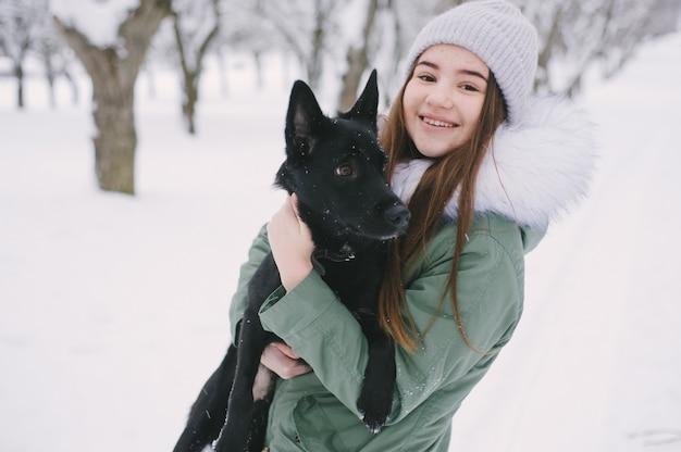 Chica con un perro