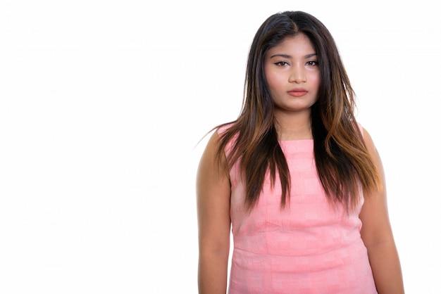 Chica persa aislada en la pared blanca
