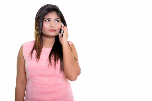 Chica persa pensando mientras habla por teléfono
