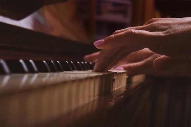 Chica y piano en casa enfoque selectivo
