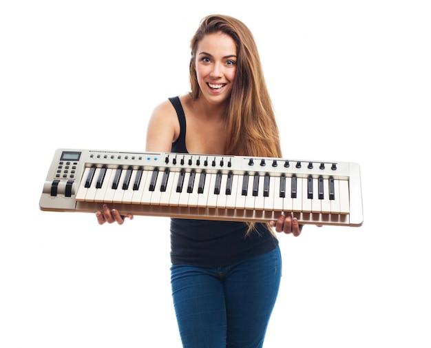 Chica con un piano electrónico