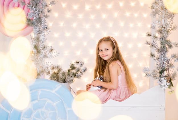 Chica pide un deseo, sueña con el árbol de navidad