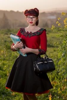 Chica pinup sosteniendo libros