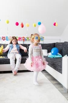 Chica con piruleta en la fiesta de cumpleaños