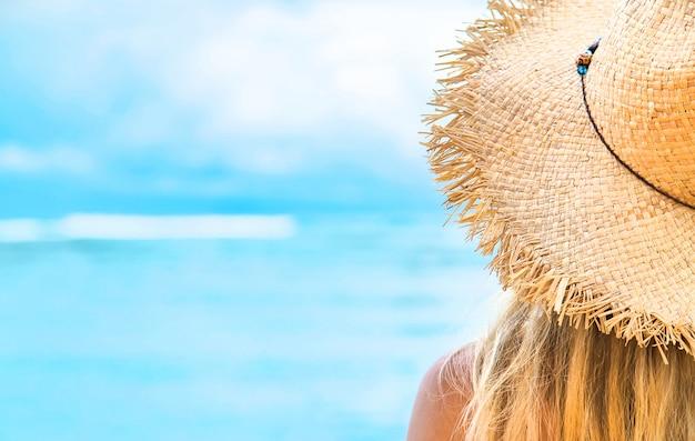 Chica en la playa junto al mar.