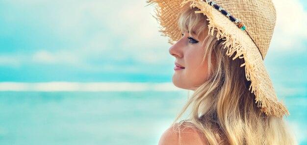 Chica en la playa junto al mar